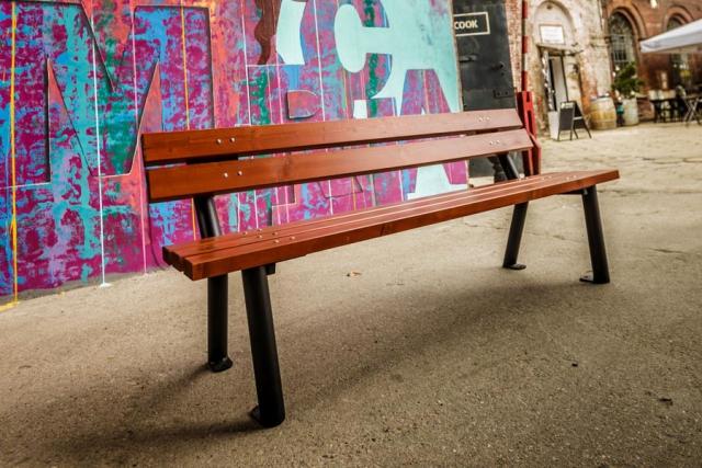 Ławka parkowa Gladiator z muralem w tle lawkiparkowe.com