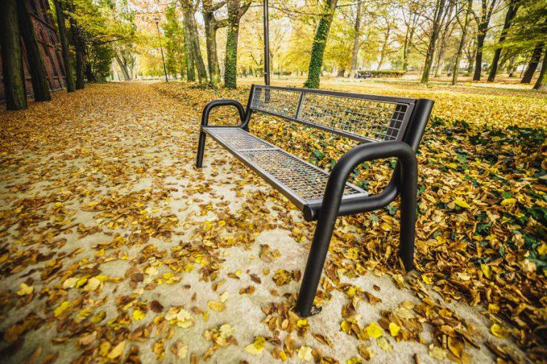 Ławka Spartan Solid jesienią w parku lawki-parkowe.com
