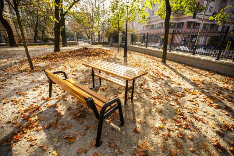 Stół parkowy Spartan na tle jesiennych liści lawki-parkowe.com
